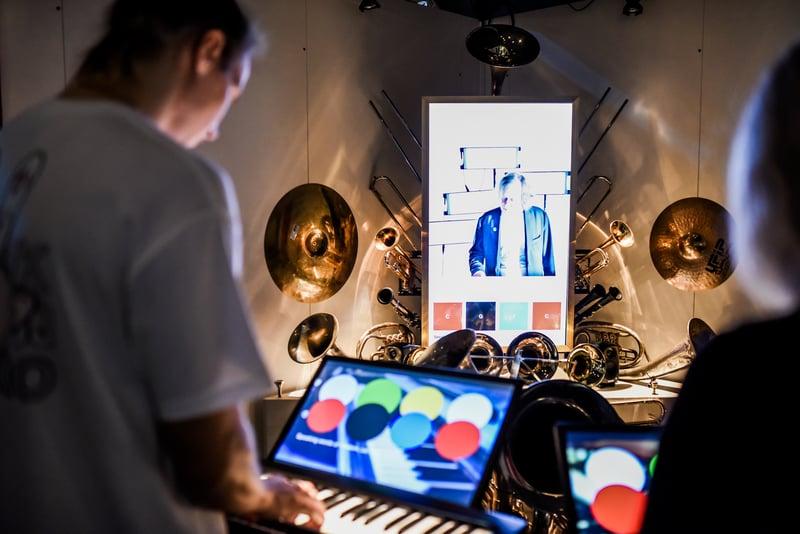 Kuva aivot narikasta näyttelystä. Kuvassa näyttö, josta painamalla voidaan itse luoda musiikkia.